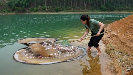 女子在河边发现巨型珠蚌,打开后发现极品珍珠,价值10万赚发了!
