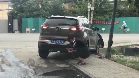 下车看了一下门就被锁了,刚加满的油该怎么办呢