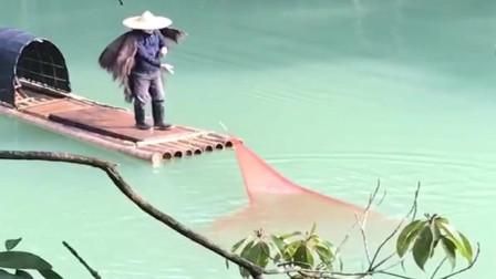 江西上饶,也不知道水里有没有鱼,这网撒的咋样?