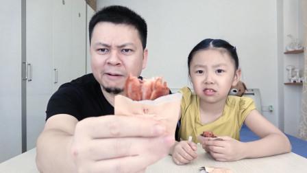 """父女试吃""""奥尔良烤鸡翅"""",跟餐厅里味道不一样,它的骨头都酥软了!"""