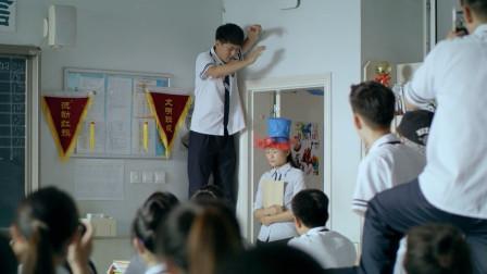 老爸:淘气学生捉弄老师,不料女老师当场被气哭,学生惨了!