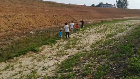 臭水沟钓鱼,小孩玩沙子