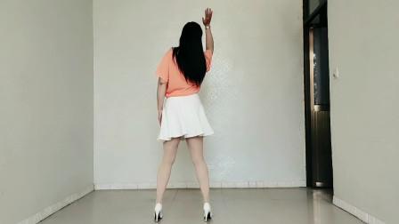 热播广场舞《对面的小姐姐》歌柔舞美,舒心惬意,养眼养心