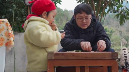 山药视频:小伙在家用竹子女儿做小玩具,把女儿给逗乐了!