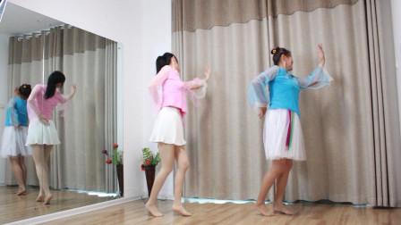 母女光脚跳广场舞 感觉妈妈跳的好点
