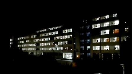青春无悔!高校毕业生凌晨12点大合唱 宿舍阿姨熄灯后重新开闸