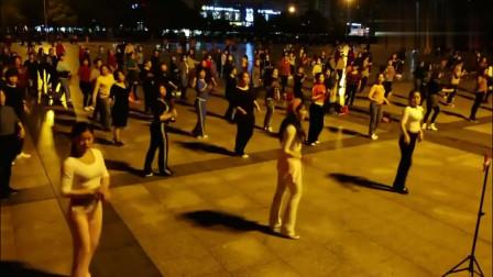 江西赣州于都网红广场舞,领舞美女几十万粉丝,时尚动感的舞步!