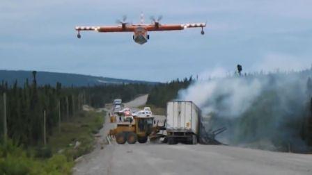 消防飞机给卡车灭火
