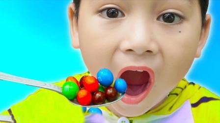 美国儿童时尚,小正太和小萝莉抢玩具,妈妈让他们帮忙打扫卫生奖励巧克力豆