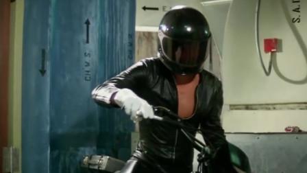 许冠杰太拉风了,骑着摩托车下电梯,这操作还有谁?