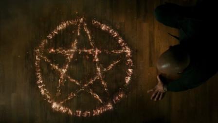 老助理死亡,三只苍蝇引起女巫猎人注意,结果发现魔法痕迹被攻击