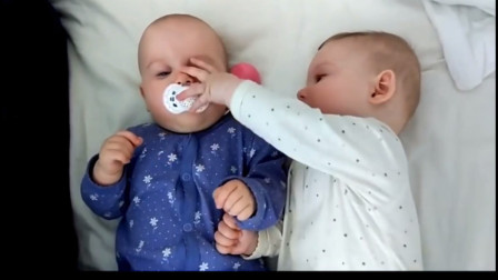 萌宝三胞胎的幸福生活:小宝贝抢奶嘴被抢走哇哇大哭