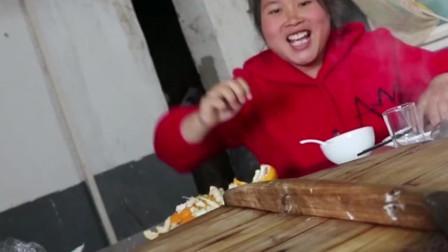 胖妹花130元下馆子吃地锅鸡,一整锅一人全承包了,这肚子太能吃了