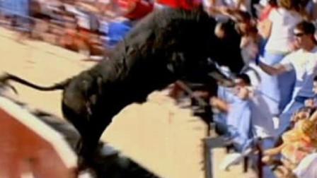 斗牛场发生惊险一幕,观众吓得魂飞魄散,镜头记录全过程!