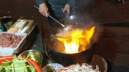 美食攻略:中国南京街头美食,路边炒河粉,网友直呼:太好吃啦!