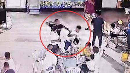 男子饭后抢买单 被朋友一拳打倒在地
