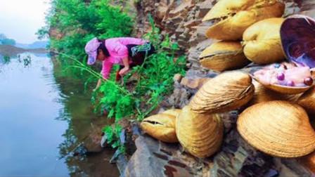 """大姐在河边捡到""""黄金珍珠"""",拿到近处仔细一看,有点不淡定了!"""