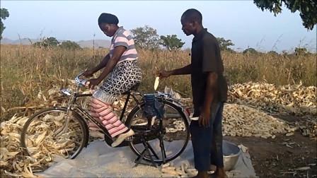 """非洲人发明""""剥玉米""""神器,成本50块,一天能剥500斤玉米!"""