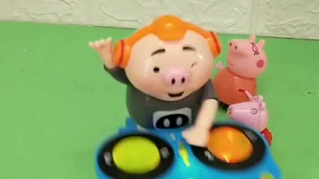 小猪佩奇玩具:佩奇和猪妈妈看见一个小朋友很开心,小朋友说因为老师今天没作业