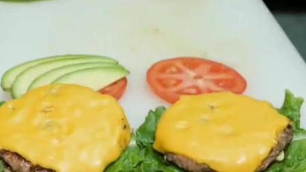 被称为韩国肉夹馍的小吃,改造过的芝士培根汉堡,做法相差太多了