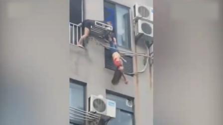 女子倒挂八楼晾衣架,邻居保安合力救下,自称喝了酒睡着了