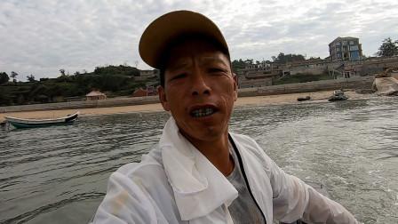 """阿雄出海刚抓到鱼货,就被叫回来干大事,连忙开""""大奔""""前去支援"""