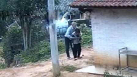 光天化日下老汉猥亵聋哑阿婆 被邻居拍下事发全程