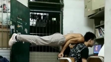 湖南湘潭市小伙:凌晨一点的男生宿舍,小哥不睡觉你这是在干什么?惹得舍友一脸懵。