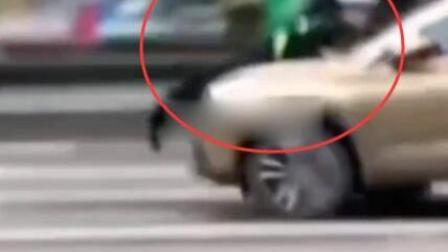 小客车司机疑对抗执法 将交警顶上引擎盖开行