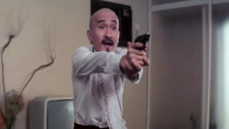 光头佬要跟金刚对决,扔给他一把水果刀,自己却掏出手枪