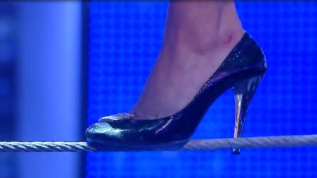 外国美女挑战穿10厘米高跟鞋走钢丝,底下是万丈深渊,网友:真大胆