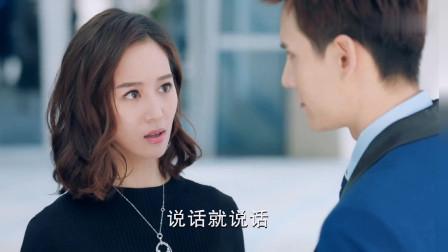 银色的高跟鞋搭配黑色的裙子,张钧甯的这身打扮确实很不错