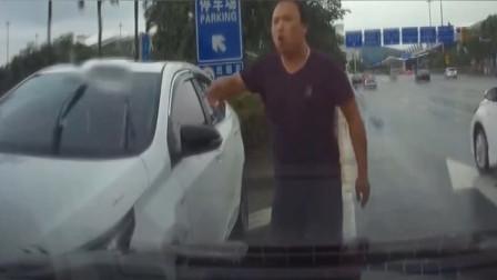 实拍:路怒症!这司机是不是傻,他还来势汹汹,我也不是吃素的!