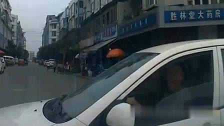 实拍:路怒症!这女司机撞车了,还能笑成这样,我都气得说不出话了!