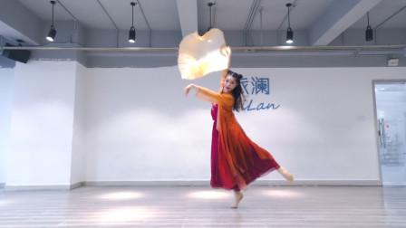 古典韵味十足的俏红狐,第一眼看上去像是哪吒,扇子舞的不错!