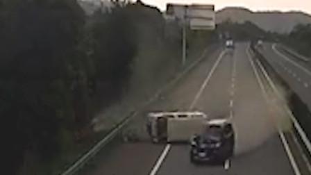 云南两车高速追尾面包车侧翻旋转5圈 前车一人被甩车外致死