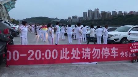 广场舞大妈拉横幅抢占停车场 警方多次协调仍未果