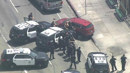 电视台直播美国警察抓逃犯,一点也不手软,投降的机会都不给!