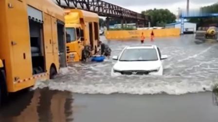 工厂门口地势低,每次下雨积水很深,白车直接开了过来