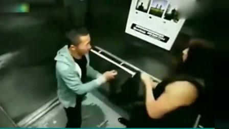男子电梯里抢劫女子,没想到碰到高手了,下一幕真是大快人心!