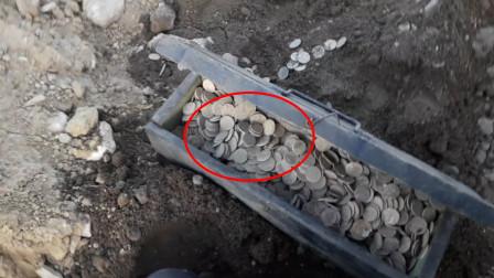"""小哥寻宝发现""""神秘木箱"""",收获大量硬币,这需要上交吗?"""
