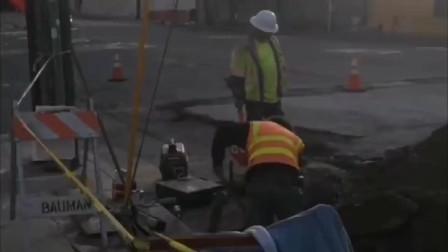 美国疫情期间,美国街道竟变的如此破烂?工人赶紧修补!