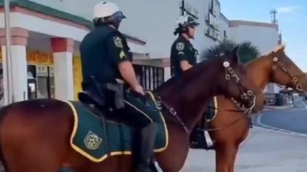 美国疫情期间,美国警察骑马街头巡查,这一幕太霸气了!