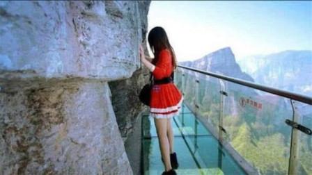 """曾经爆红的玻璃桥,如今变成""""偷窥桥"""",管理员:无能为力"""