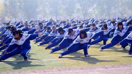 美国外教首次来中国,来到操场顿时懵了,你们管这叫课间操?