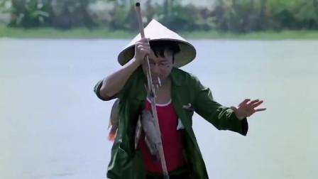 喜剧:许冠文捕鱼,不用太多的工具,一根铁叉快速又精准