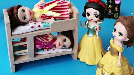 贝儿在家里照顾芭比娃娃,白雪也和贝儿一起照顾芭比娃娃,她们的芭比娃娃就乖乖睡觉了!