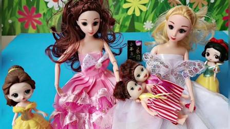 贝儿的妈妈给小贝儿买了芭比娃娃,小雪儿有大芭比娃娃,贝儿也想要!