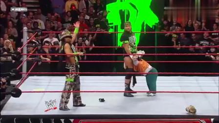 WWE:HHH打红了眼失去理智,把自己队友打进医院,真是丧心病狂!