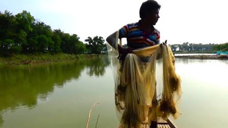实拍印度大叔撒网打鱼,一网下去,看看能打多少?